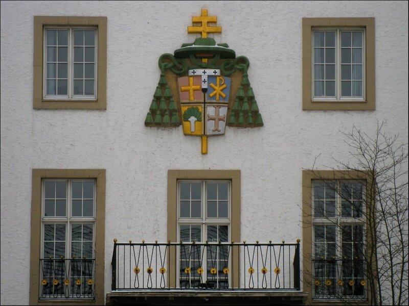 Герб на здании Теологического факультета университета Падерборна
