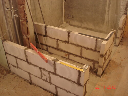 После штробления стен прокладка водопроводных.