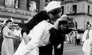 Знаменитый снимок: «Матрос целует медсестру» на Таймс-сквер