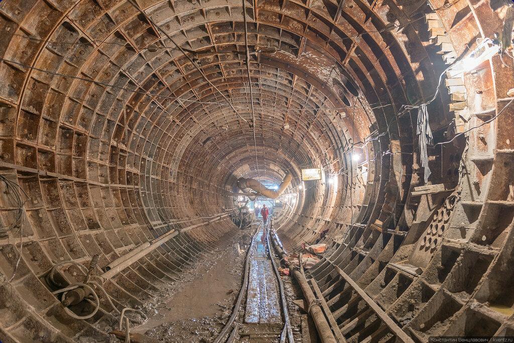 Правый перегонный тоннель (ППТ). Впереди по правую руку — станция