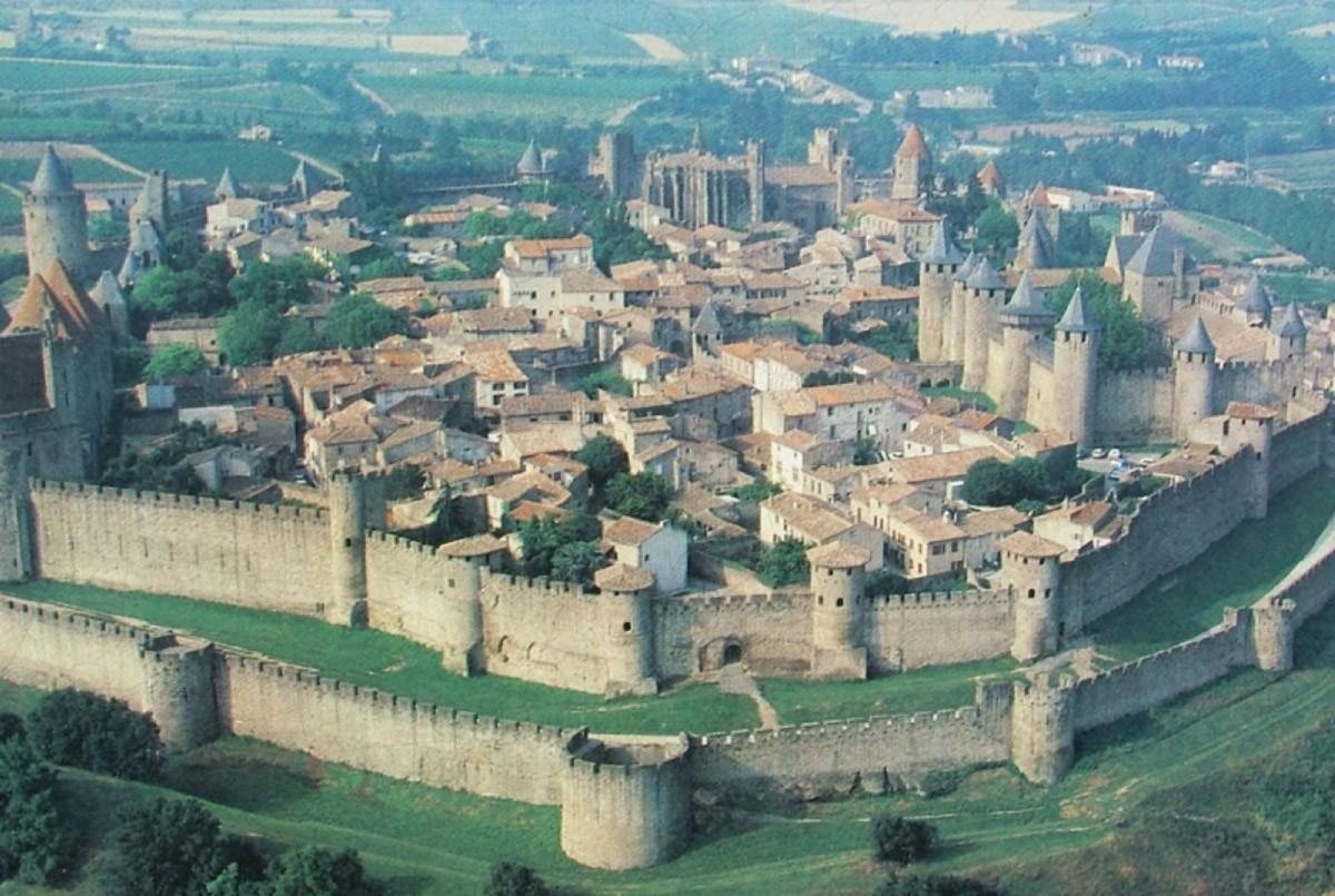 21. Прогуляйтесь по древним улицам французского города-крепости Каркассон.