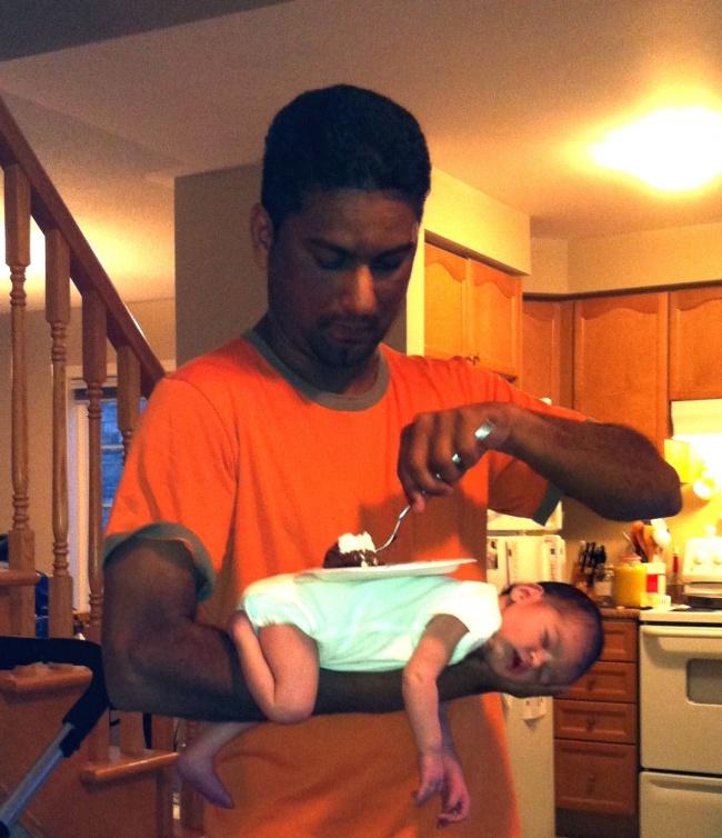 Опытный отец умеет поесть, непотревожив спящий «поднос».