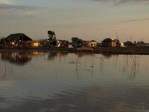 """Плавучие деревни постепенно сменяются деревнями """"наземными"""". Причем пласт земли появляется очень неожиданно и постепенно становится все толще и толще, пока ты уже не оказываешься между крутых и высоких берегов."""