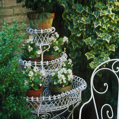 красивая стойка для цветов в саду