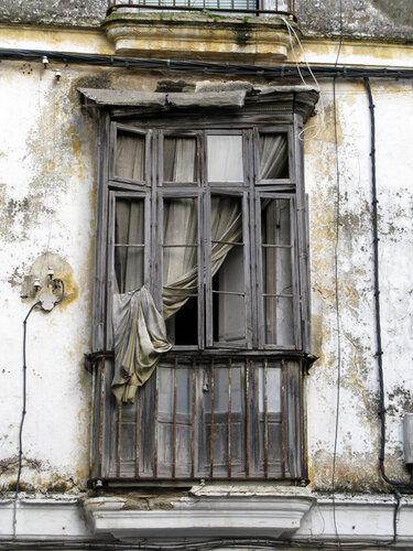 Окно заброшенного дома