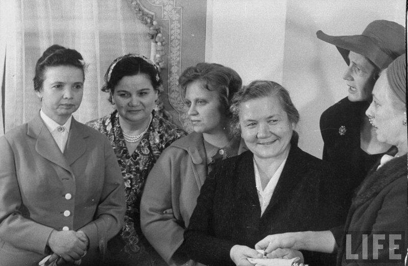 Нина Петровна Хрущева с дочерями, 1959