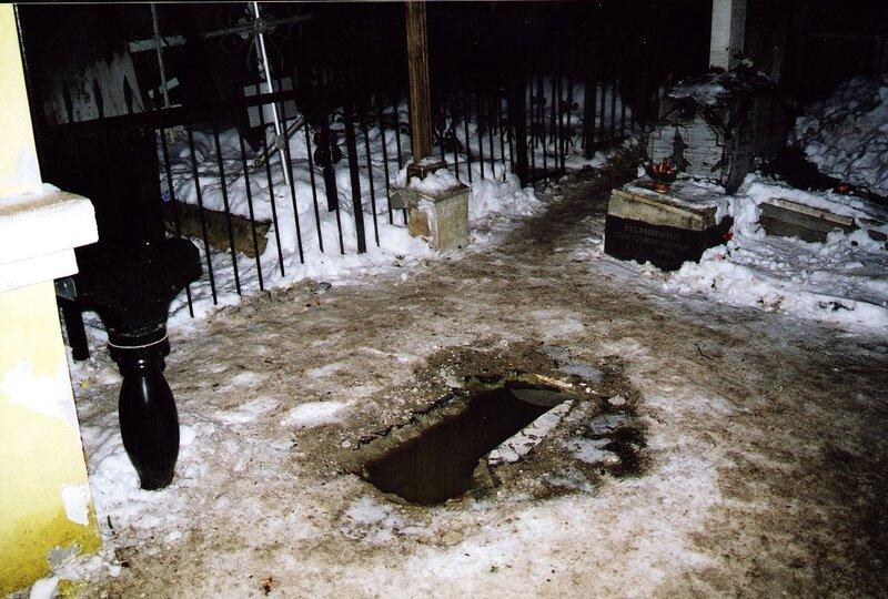 Незамерзающая на морозе вода в яме от креста