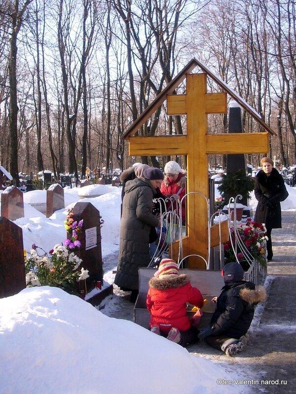5. Дети берут песочек из металлического ящика под крестом