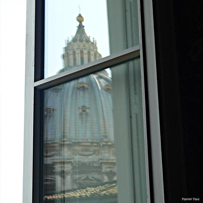 отражение в окне Галлереи Географических карт в Ватикане.