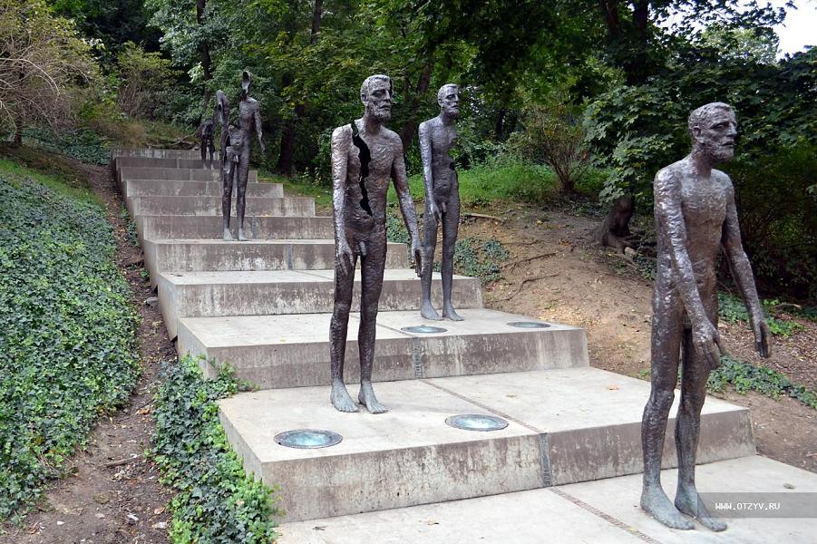 Памятник жертвам коммунизма в Праге.png