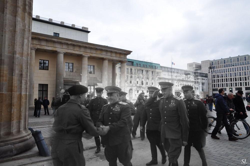 27 Встреча маршалов Жукова и Рокоссовского с британским фельдмаршалом Монтгоммери у Бранденбургских ворот..jpg