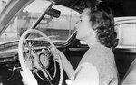 Изольда Извицкая за рулем автомобиля