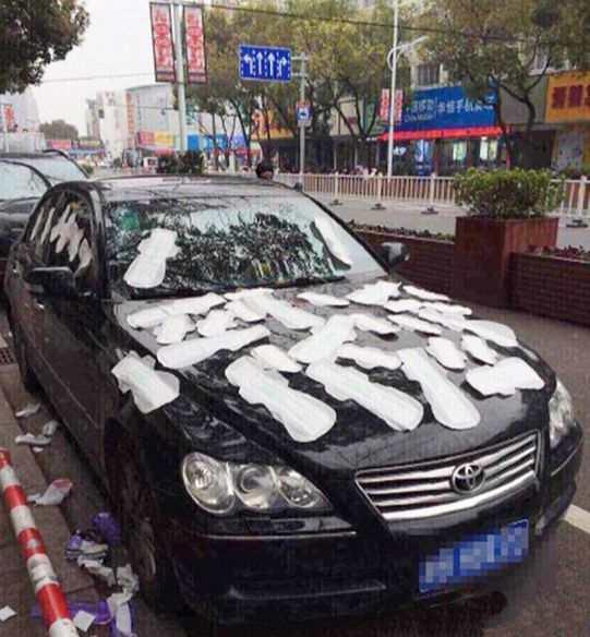 автомобиль обклеенный прокладками
