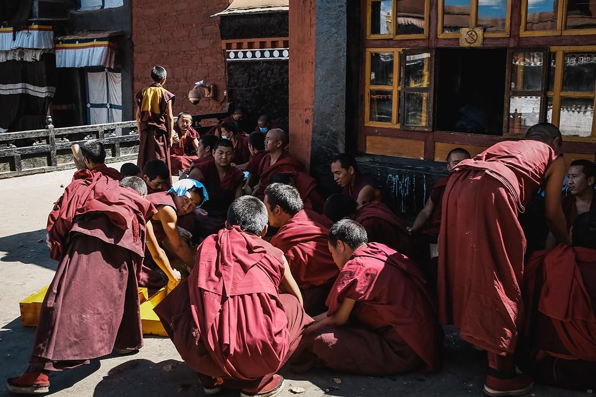 21. В монастыре много монахов, в том числе мальчиков и подростков.