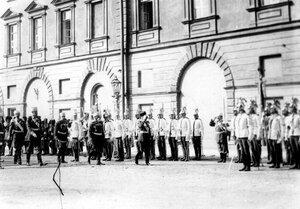 Император Николай II с группой офицеров обходит почетный караул  кавалергардского Ее Величества Государыни Императрицы Марии Федоровны полка, направляясь на освящение храма.