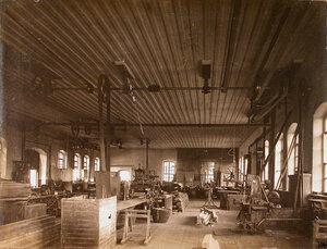 Общий вид одного из цехов мастерской со сверлильными станками.