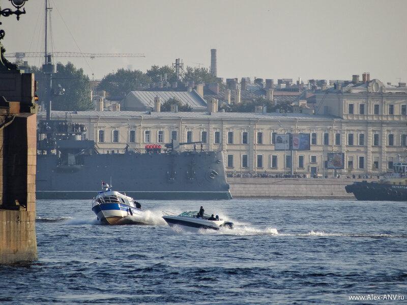 Мелкие катера пытаются подойти поближе к крейсеру, но полиция всех отгоняет.