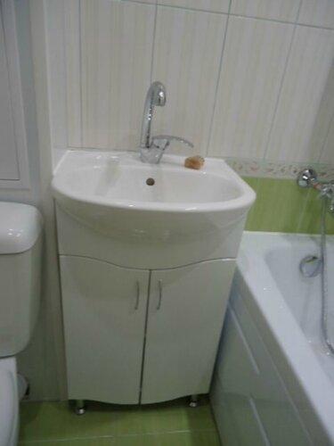 Тумбу умывальника вписали между унитазом, пластиковым коробом и ванной