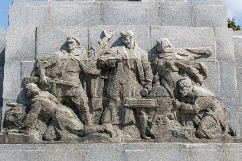 Барельеф на постаменте обелиска героям ВОВ, Ржев