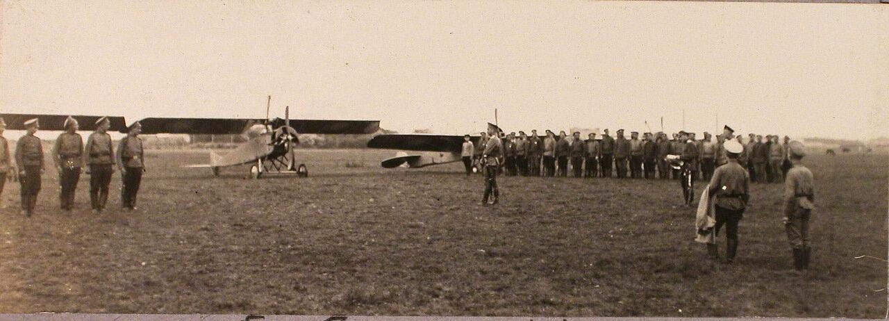 41.Группа солдат и офицеров авиаотряда во время церемонии вручения Георгиевских медалей. 1915. Рига