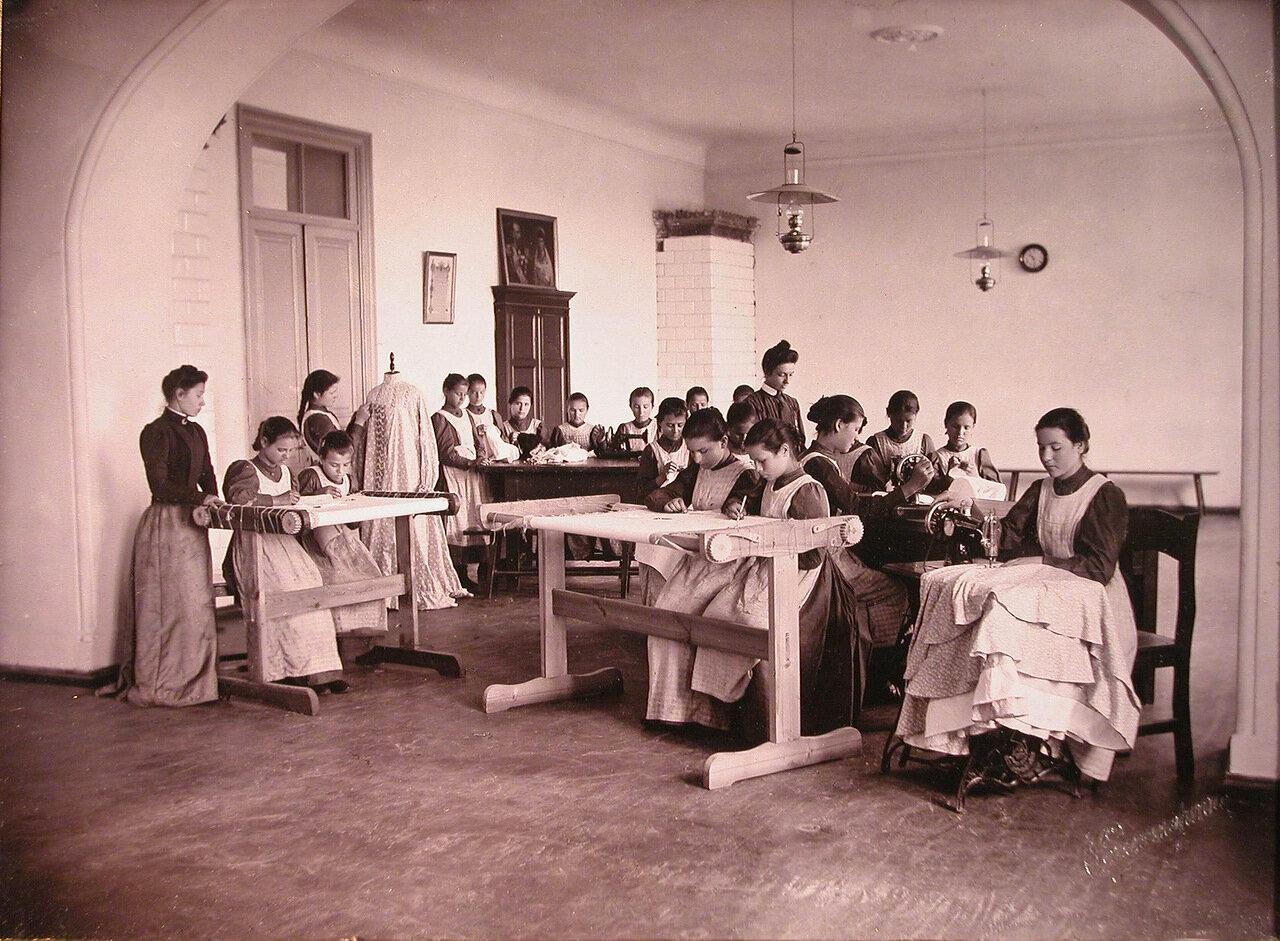 05. Воспитанницы Николаевского детского приюта в швейной мастерской за работой