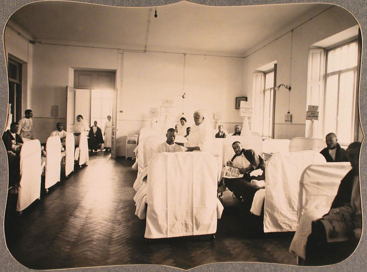 30. Группа раненых нижних чинов в 20-местной палате лазарета общины