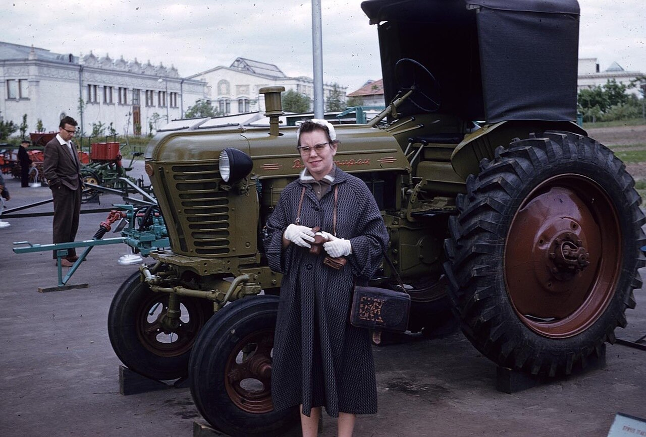 Выставка Достижений Народного Хозяйства УССР. Женщина позирует с трактором