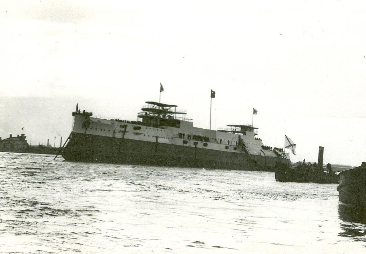 29. Эскадренный броненосец «Слава» на Неве в день спуска на воду