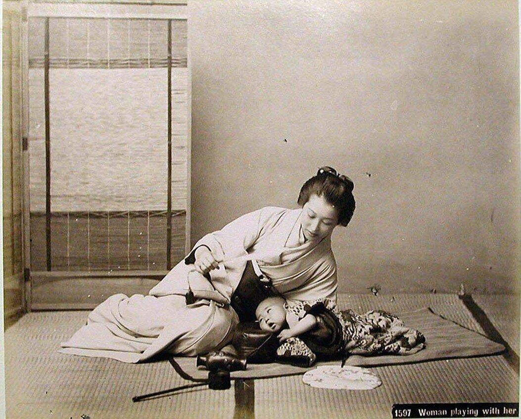 Женщина играющая с ребенком