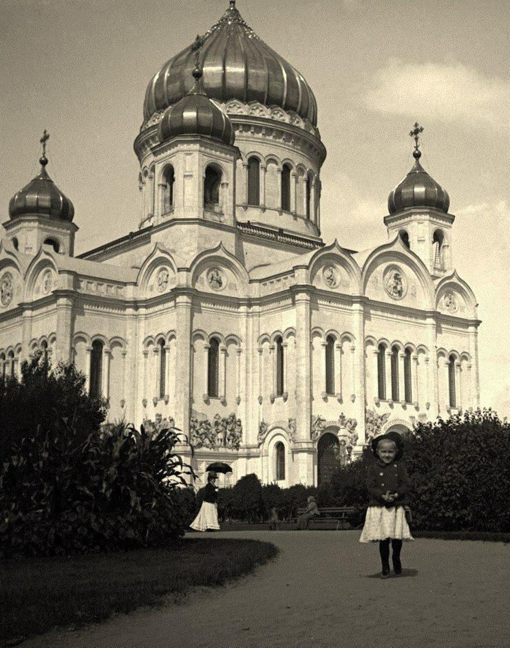 228. Сквер у храма Христа Спасителя.1890