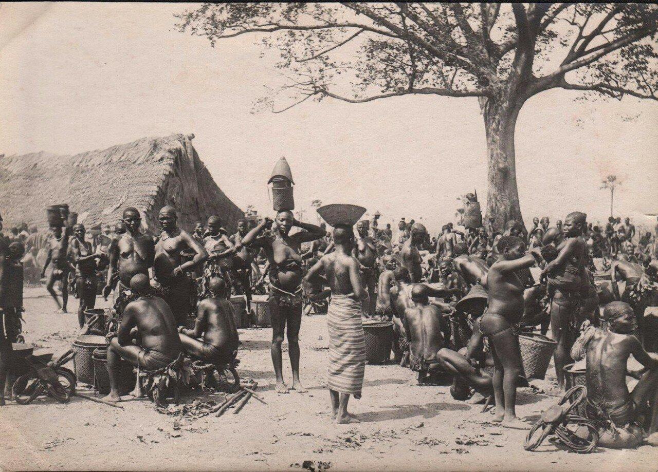 1910. На местном базаре