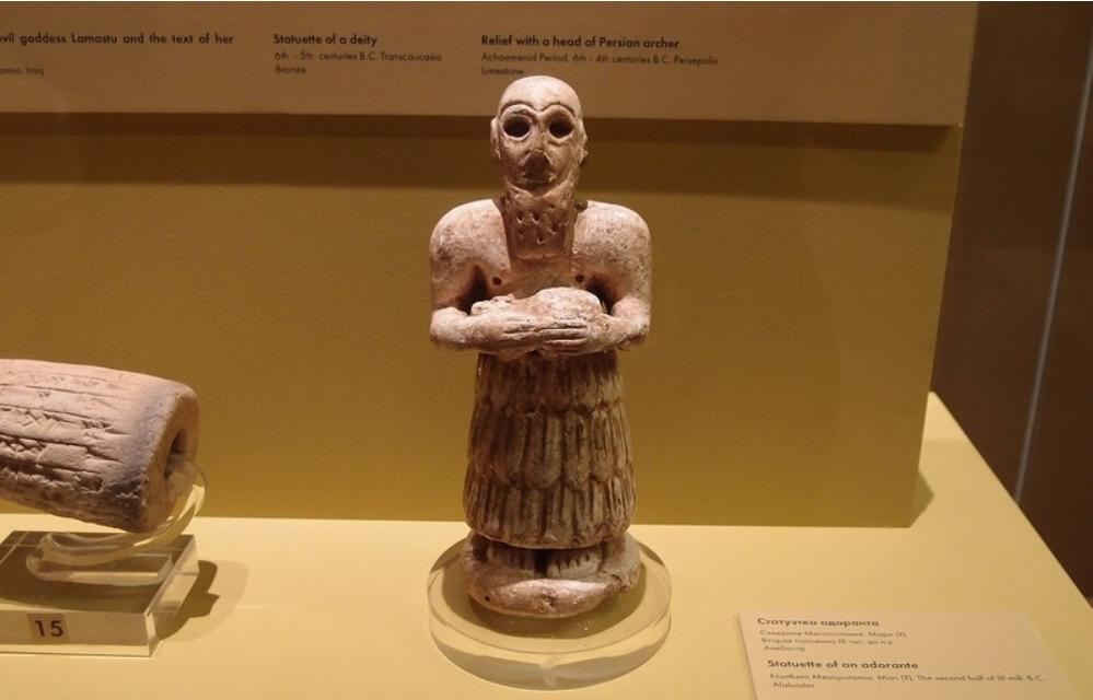 Статуэтка адоранта из Северной Месопотамии. Адорант – фигурка из камня или глины, которую ставили в храме, чтобы она молилась за поставившего его человека