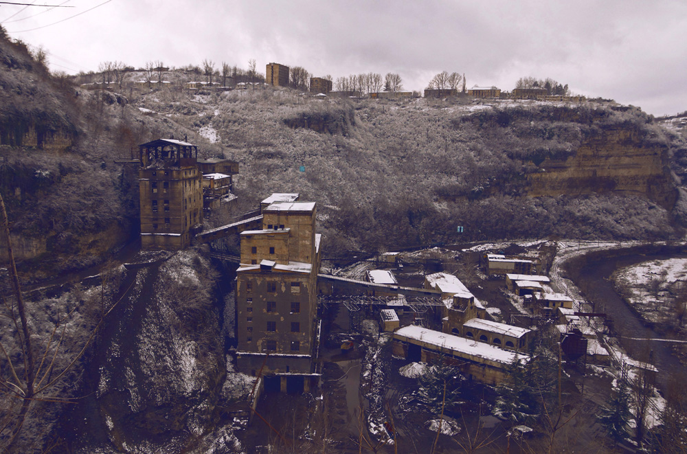 Ключевая достопримечательность города — марганцевые рудники, которые находятся по всей окрестности Ч