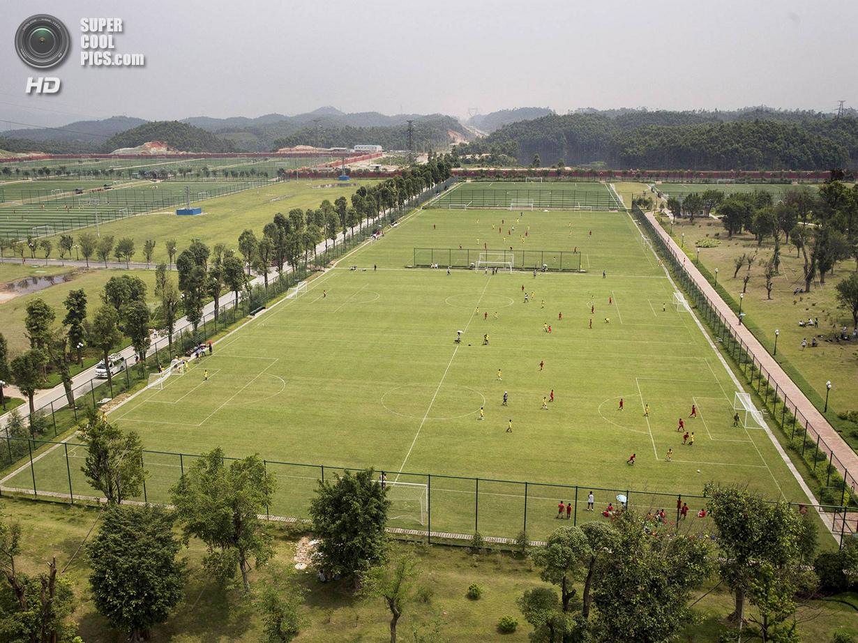 Китай. Цинъюань, Гуандун. 13 июня. Общий вид на тренировочные поля. Занимая в общей сложности 167 ак