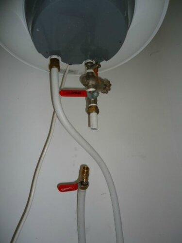 Сказано - сделано. Отрезаем кусок метапола. Устанавливаем на входе секущий клапан. Перекрываем подачу воды в титан.