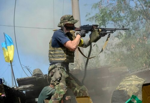 An Ukrainian serviceman shoots during fighting with pro-Russian separatists in the eastern Ukrainian town of Ilovaysk August 26, 2014. Ukrainian President Petro Poroshenko said on Tuesday that the only effective instrument for ending bloodshed in eastern