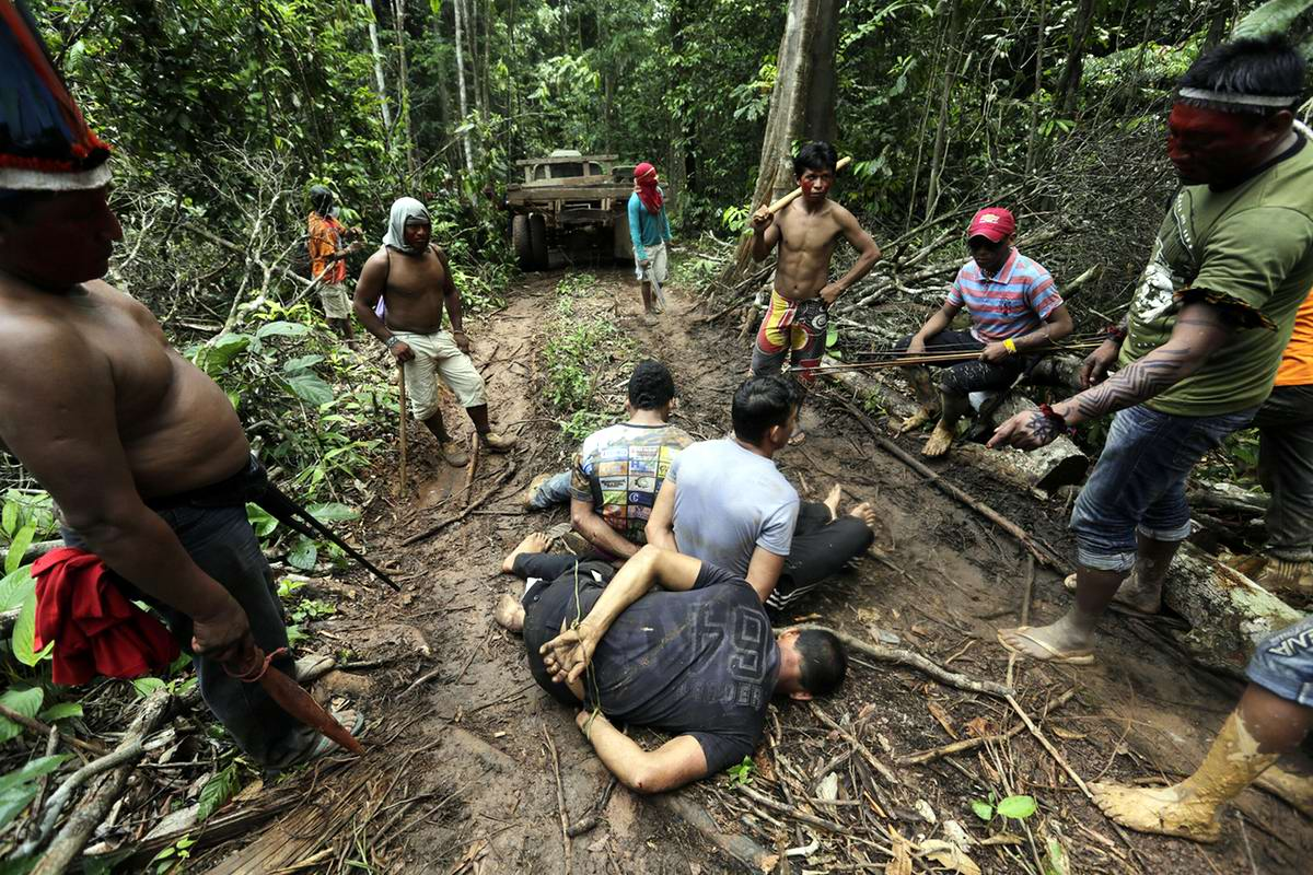 Индейцы с бразильской Амазонки ведут охоту на незаконных рубщиков леса