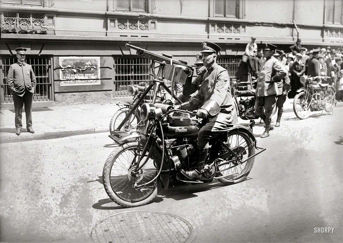 Полицейские на мотоцикле с коляской со станковым пулеметом (Нью-Йорк, 1918 год)