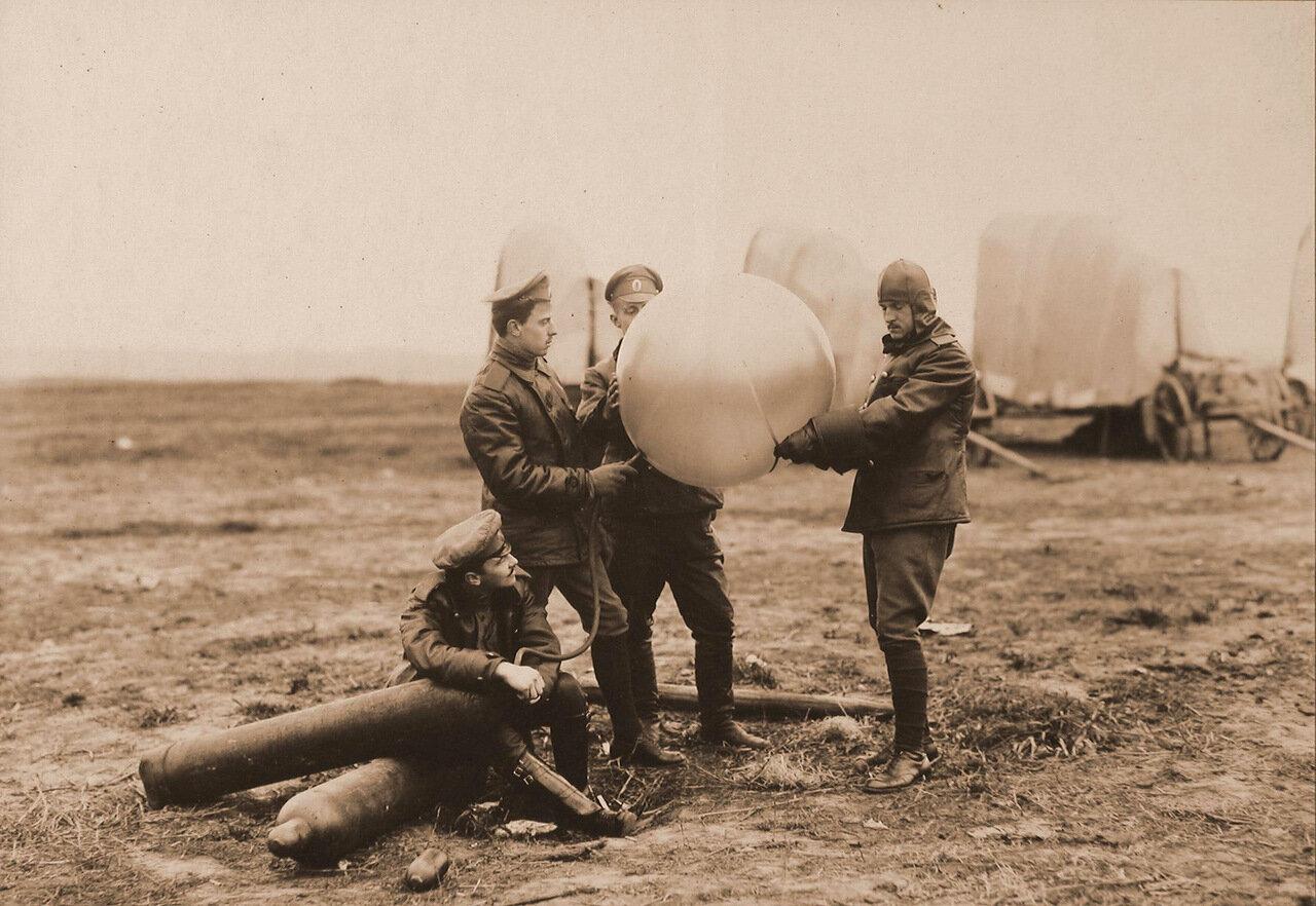 15. Группа военных за наполнением водородом шара-пилота. 1915 Волынская губ., район г. Ровно