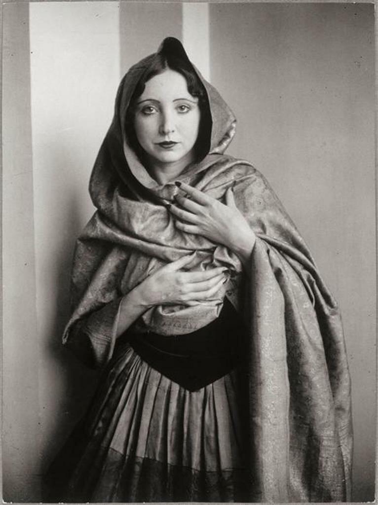 1932. Анаис Нин, закутанная в платок