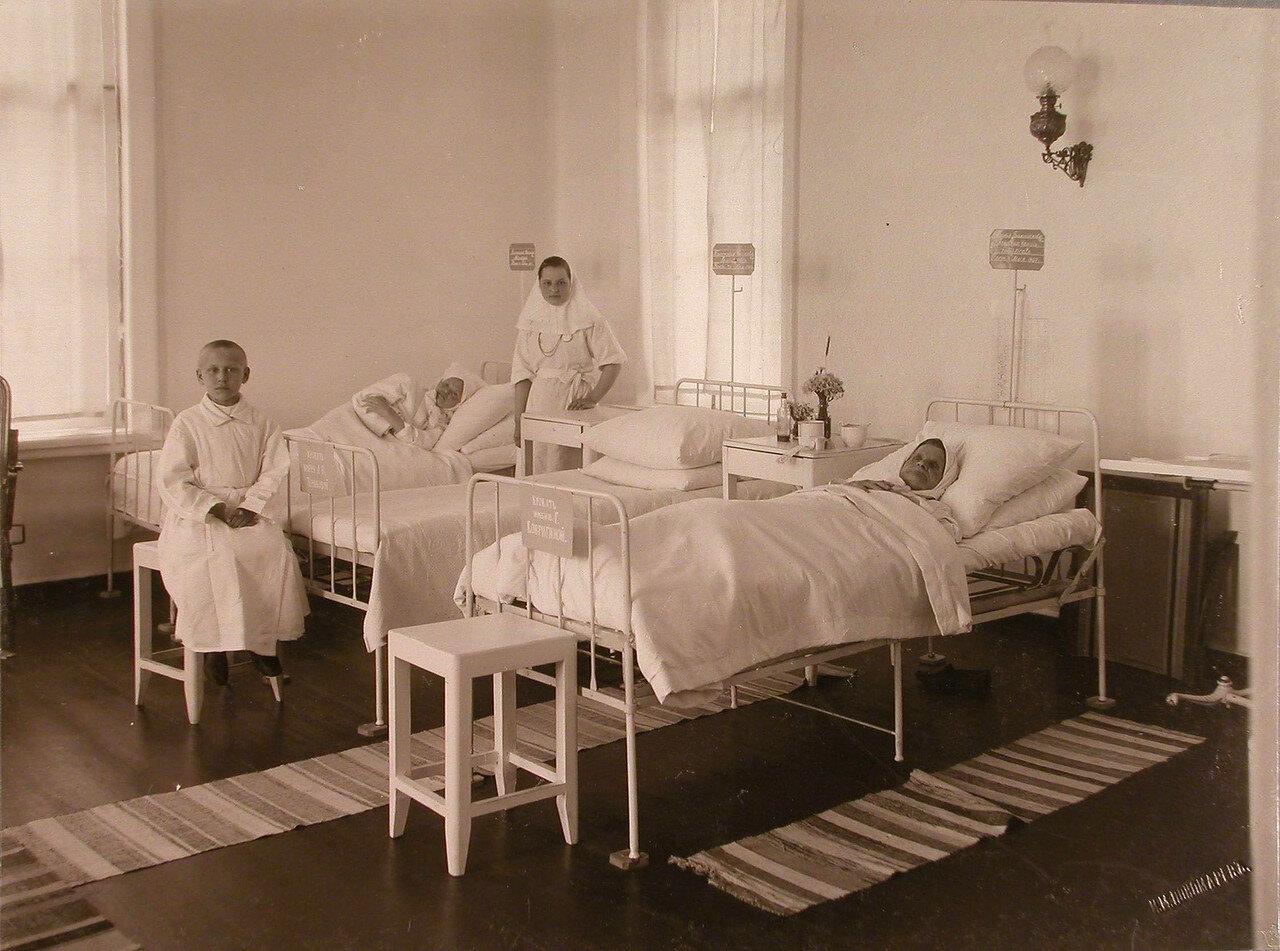25. Больные и сестра милосердия в палате женского отделения больницы