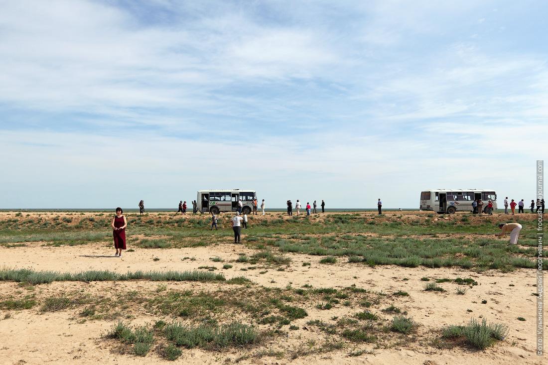 туристы теплохода в казахской степи