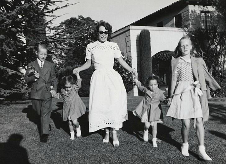 Джоан Кроуфорд с сыном, дочерью и усыновленными девочками-близнецами …Альма Сиппл стояла в отч