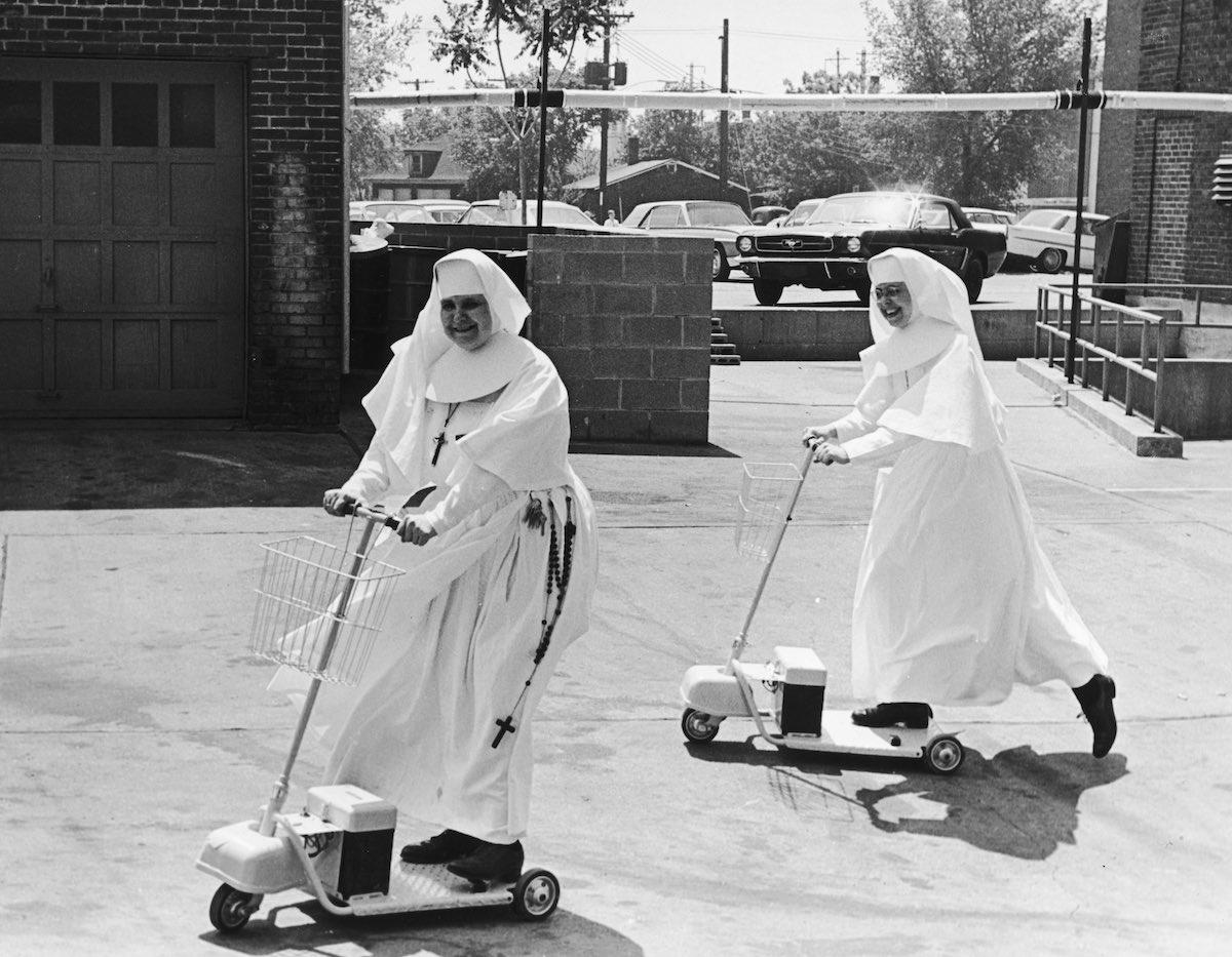 1955 год. Сестра Мэри Томас (справа), управляющая госпиталем St. Elizabeth's, убеждает еще одну сест