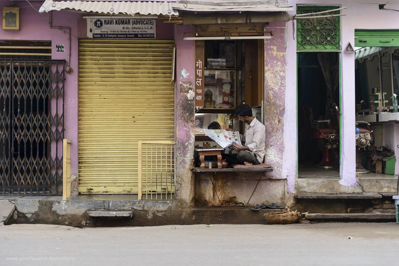 Фотография 17. Сосед адвоката Рави Кумар читает утреннюю газету. Отчет о поездке в Варанаси в Индии. 1/320, 2.8, 250, 58.