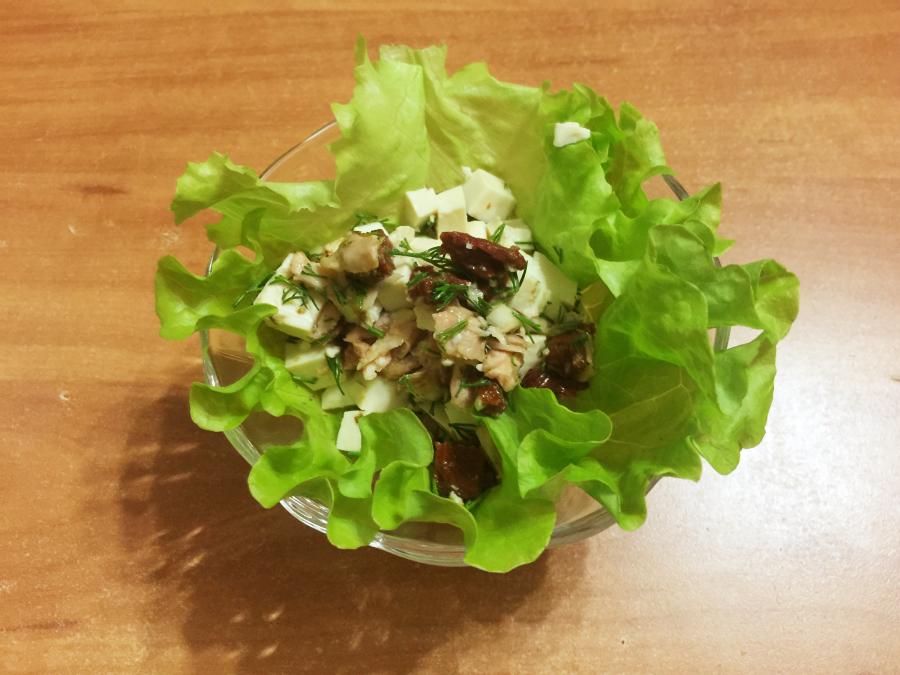 Салат из тофу и тунца с вялеными томатами