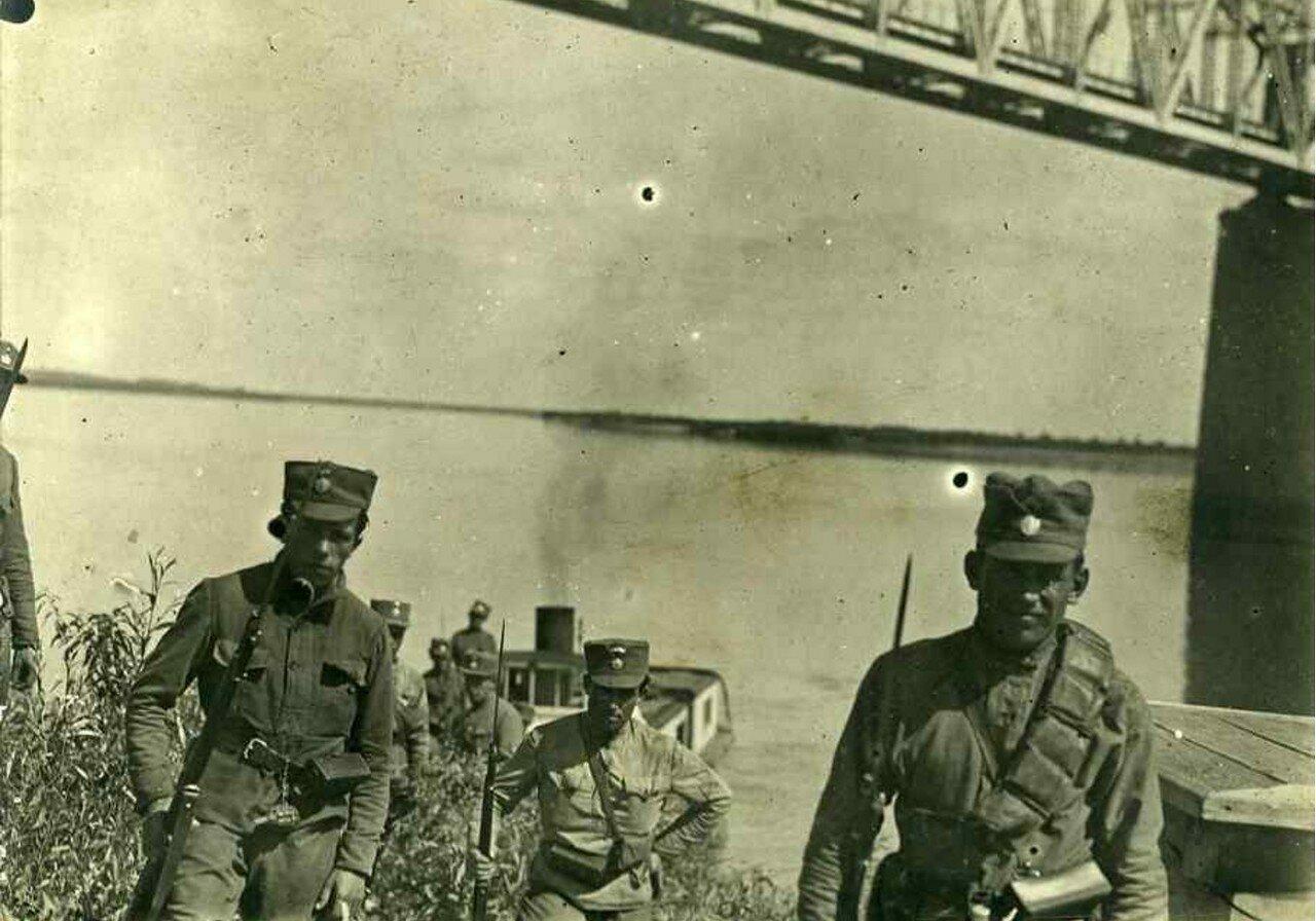 1918. Чешские солдаты, возвращающиеся с обследования реки Оби близ Барнаула