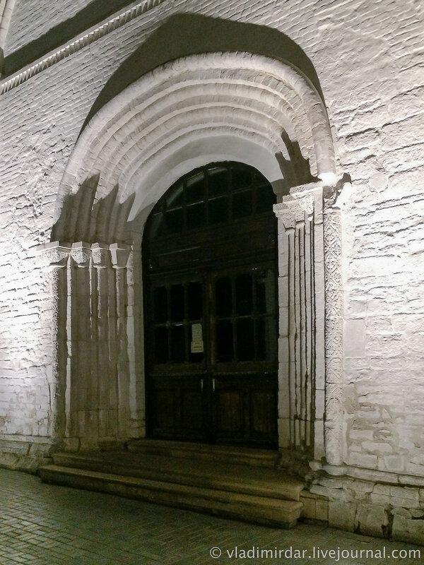 Западные врата Собора Рождества Богородицы Суздальского кремля.