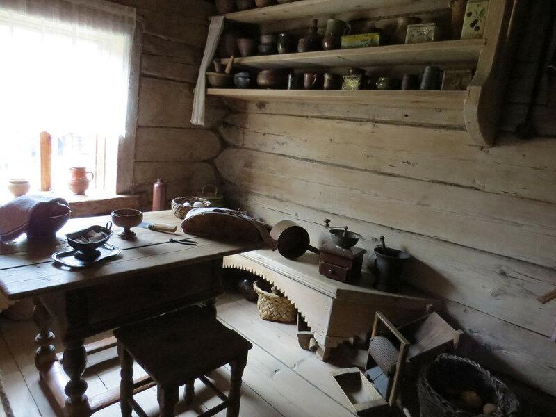 В избе в музее Витославлицы в Великом Новгороде