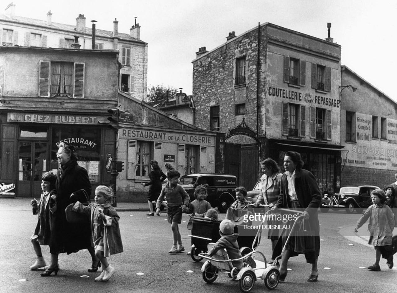 1956. Мать с детьми и коляской на улице Могилы Иссуара